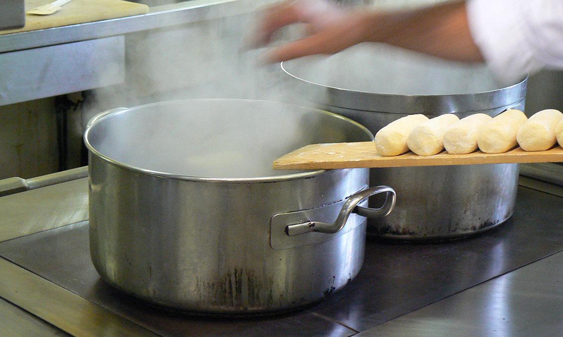 Fabrication quenelle sauce Nantua